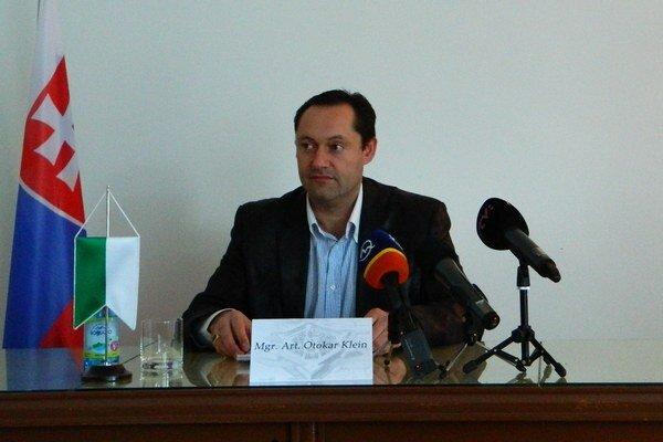 Primátor Otokar Klein na tlačovej konferencii.