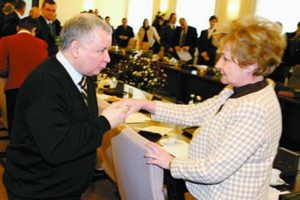 Premiér sa správa uctivo. Aj ministerka Gilowská sa ale už vlani presvedčila, že Kaczyński nemá problém svojho ministra odvolať. Ona sa po očistení mena pred súdom do vlády vrátila