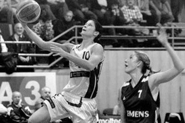 Daniela Číkošová (s loptou) zaznamenala v prvom stretnutí proti Vologde 12 bodov.