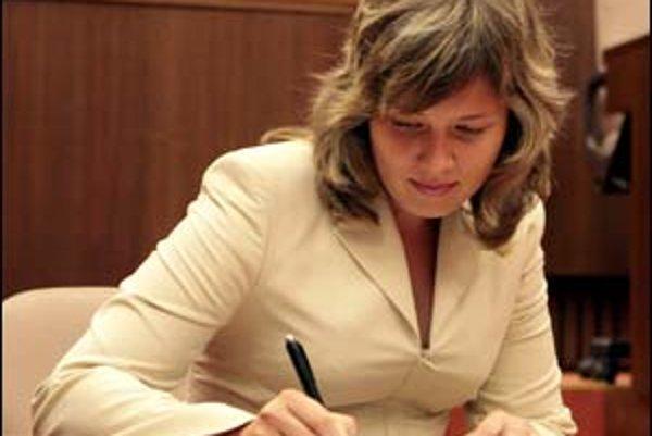 Poslankyňa Smeru Edita Angyalová podľa opozície vrátila do parlamentu metódy z rokov 1994 – 1998.