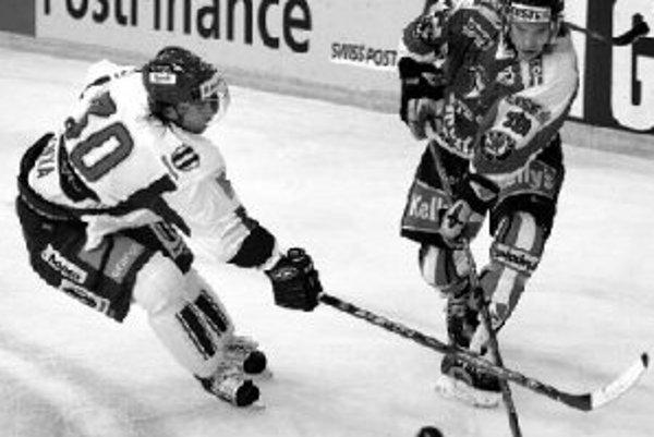 Slovenský hokejista Miroslav Hlinka (vľavo) bojuje o puk s Rakúšanom Martinom Orazeom počas zápasu Škoda Cup v Bazileji. Naši reprezentanti vyhrali 6:2.