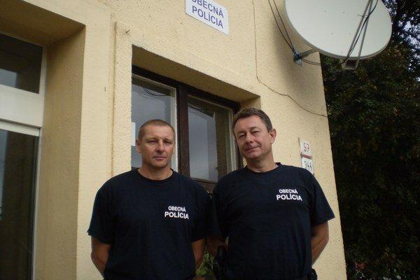 Obecní policajti - zľava Molnár a Kováč.