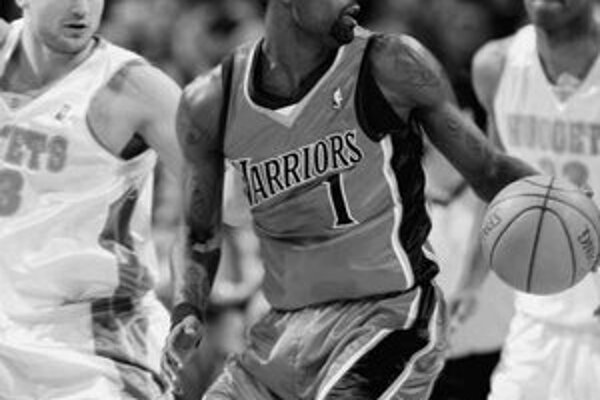 Stephen Jackson medzi dvojicou hráčov Denveru Kleizom (vľavo) a Cambym.