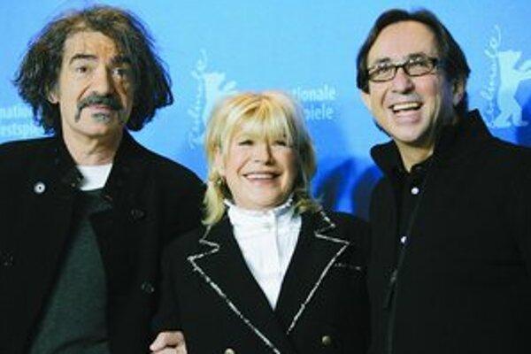 Herci Miki Manojlovic, Marianne Faithfullová a režisér Sam Garbarski (zľava), tvorcovia filmu Irina Palm, na festivale v Berlíne.