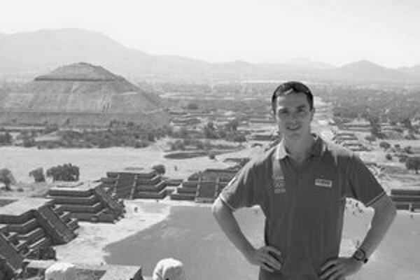 Peter Korčok uprostred pamiatok prvej veľkej mexickej civilizácie, na pyramíde Slnka v starobylom Teotihuacáne.