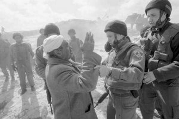 Palestínčan sa háda s izraelským vojakom na hraniciach