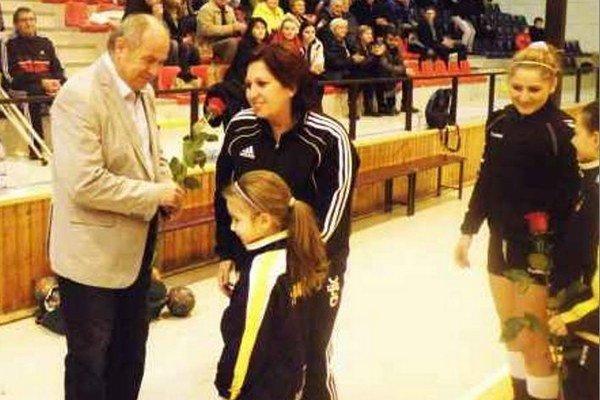 Bývalému primátorovi Imrichovi Váradymu sa prišli v sobotu večer poďakovať aj najmenšie adeptky hádzanej v Šuranoch.