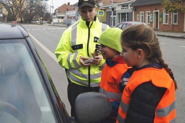 Takto ďakovali vodičom za bezpečnú jazdu v Hurbanove.