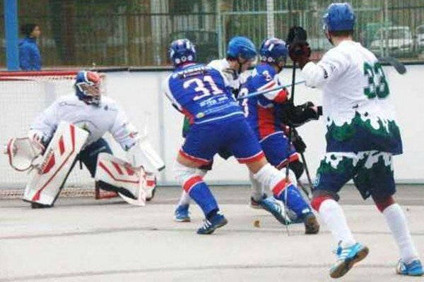 Takto urputne sa bojovalo o každú loptičku v zápase hokejbalovej extraligy Nové Zámky - Svidník.