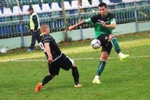 Z pohárového zápasu FKM - V.Ludince 1:0. V súboji o loptu domáci Ešek (v zelenom) s Kanyicskom (9).