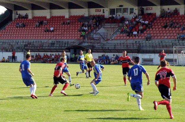 Vráble (v modrom) prehrali na ihrisku Púchova 0:4.