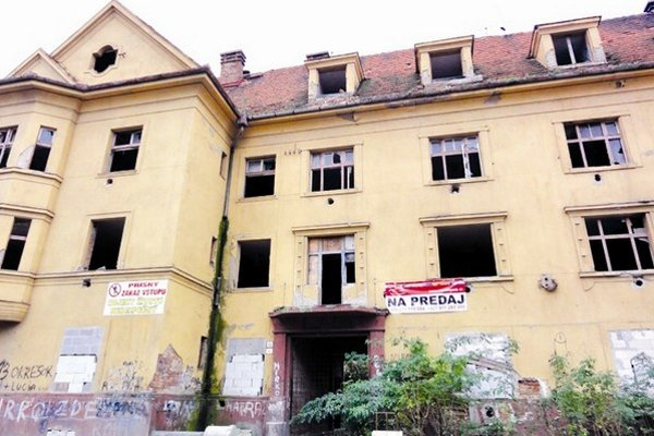 Nový majiteľ budovu na Kasárenskej predáva. Pokuty neplatí a mesto sa o ne roky ani nehlásilo.