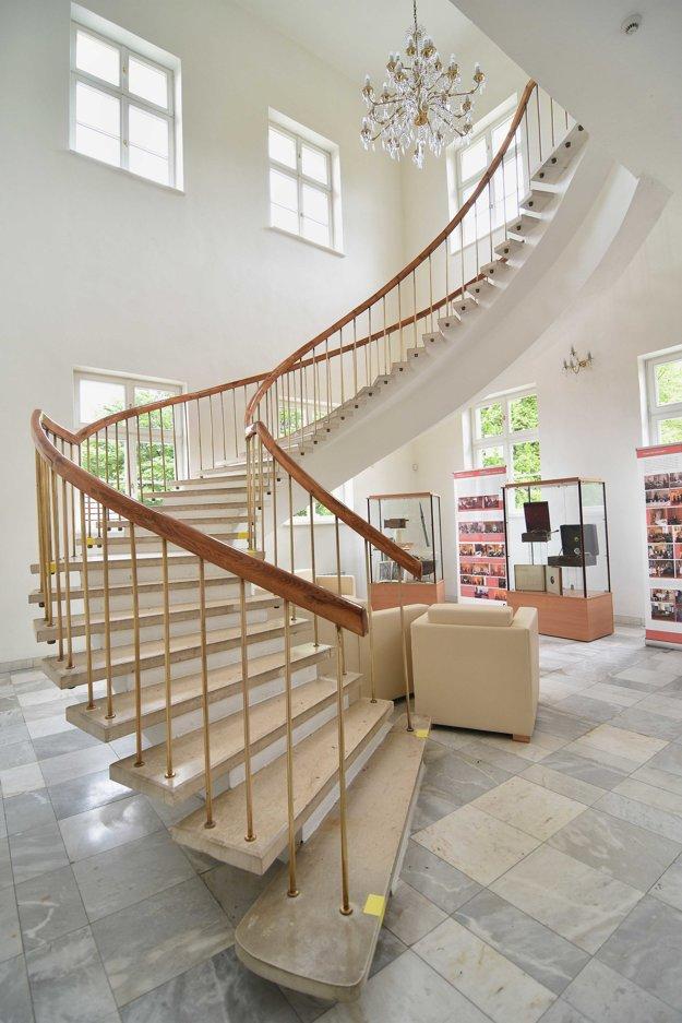 Nové schody do koncertnej siene a časť expozície historických hudobných nástrojov zrekonštruovaného Letohrádku Dardanely v Markušovciach.