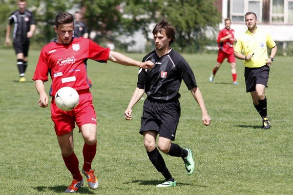 Tvrdošovce (v čiernom) zaznamenali prekvapujéce víťazstvo 5:0 na ihrisku ČFK Nitra.