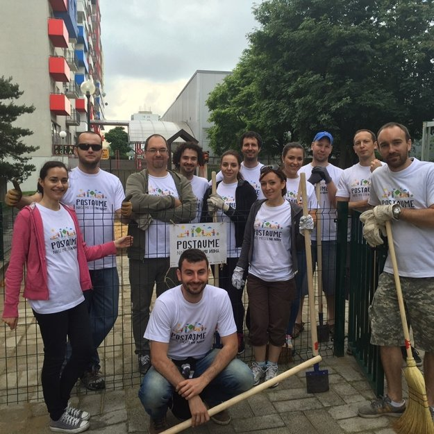 Partia pracantov na detskom ihrisku v Dúbravke.