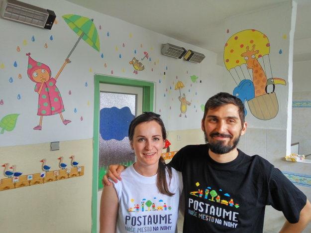 Dobrovoľníci-maliari potešili deti z košickej materskej školy maľbami.