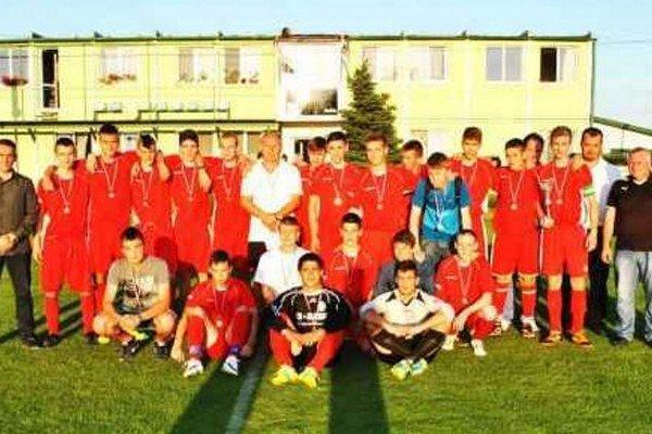 Víťazné družstvo dorastencov Svodína po slávnostnom odovzdávaní medailí.