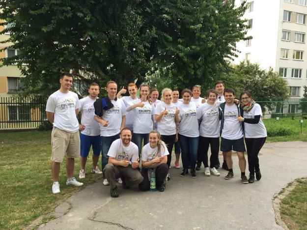 Šestnásť košických dobrovoľníkov sa pustilo do čistenia a maľovania školského plotu.
