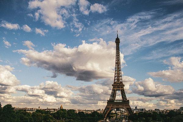 Eiffelovku pozná takmer každý. Poznáte však napríklad aj mestá, ktoré ležia na priamke medzi ňou a inými európskymi metropolami?