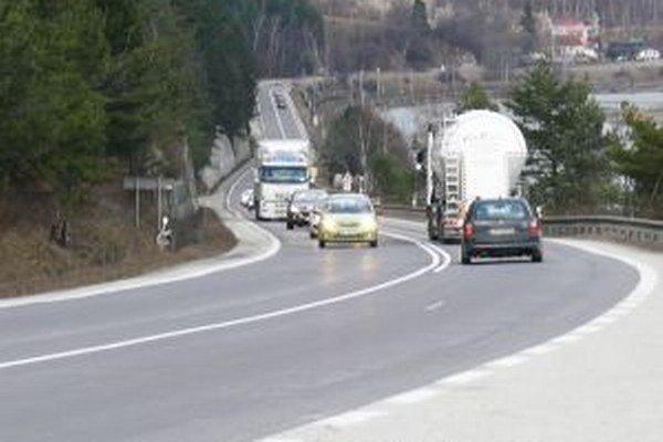 Na frekventovanej ceste pri Šutove sa často porušuje zákaz predbiehania.
