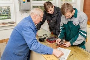 Duálne vzdelávanie má pomôcť vychovať kvalifikovanú pracovnú silu.
