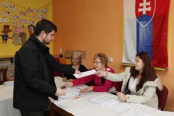 Vo Vrútkach sedem okrskov. Aj do toho s číslom 6 prichádzajú voliči už od rána.