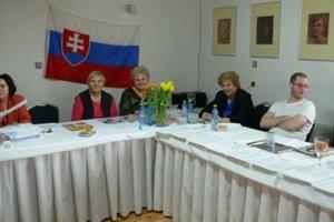 Vo volebnej komisií v Tomčanoch vládne priateľská atmosféra.