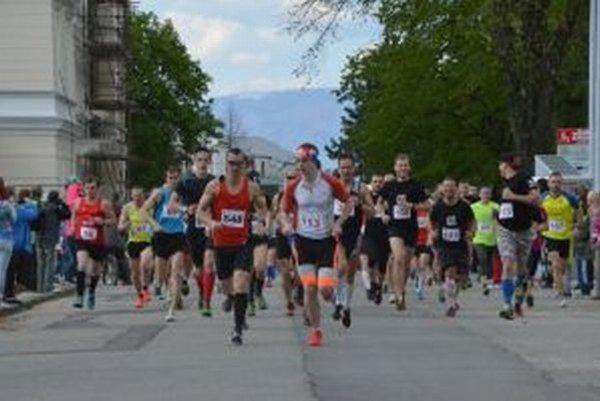 Na štart tradičných pretekov sa postavilo cez dvesto pretekárov a pretekárok.