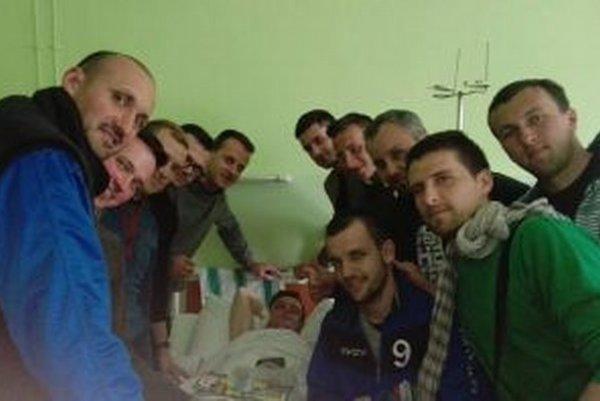 Futbalisti Belej prišili pozrieť kamaráta do nemocnice.