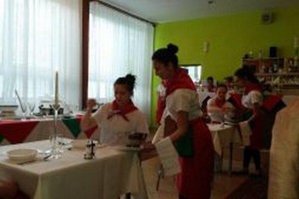 Kristína Sušienková podáva polievku z polievkovej misy teriny.