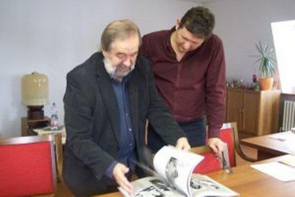 Marián Pauer (vľavo) s riaditeľom Turčianskej galérie Ľubomírom Kráľovanským nad knihou Karol Plicka.