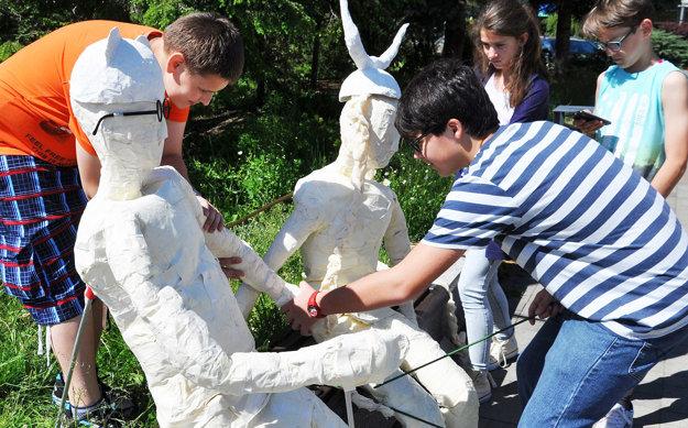 Inštalácia papierových sôch na námestí.