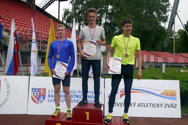 Stupne pre víťazov. Na bronzovej pozícii Lukáš Muha.