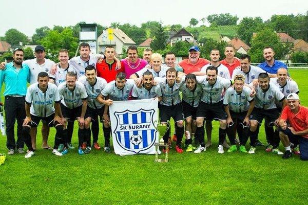 Futbalisti Šurian výhrou 3:0 vo Veľkých Lovciach pred 600 divákmi spečatili triumf v súťaži.