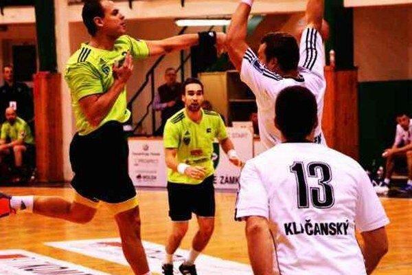 T.Straňovský i M. Monczka (v zelenom) patrili k oporám svojho celku vo víťaznom zápase proti Topoľčanom.
