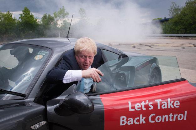 Zoberme si späť kontrolu nad krajinou, odkazuje v športovom aute Boris Johnson.