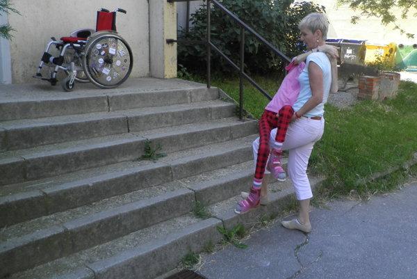 Zuzana nesie hore schodmi svoju ťažko chorú dcéru Sašku.