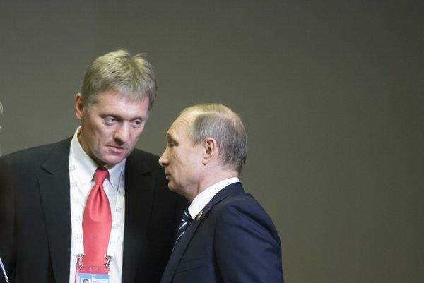 Hovorca Kremľa Dmitrij Peskov a Vladimir Putin.