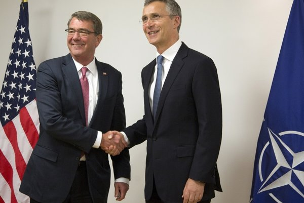 Americký minister obrany Ashton Carter (vľavo) a generálny tajomník NATO Jens Stoltenberg na rokovaní v Bruseli.