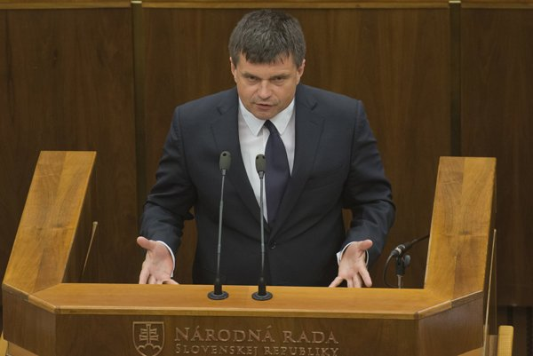 Minister školstva Peter Plavčan reční počas zasadnutia 6. schôde parlamentu.