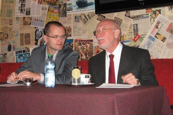 F. Šebej (vpravo) počas besedy.