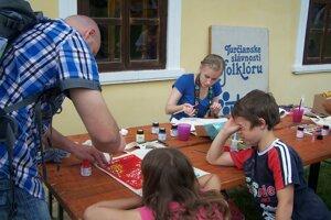 Deti si mohli vyfarbiť tašku.