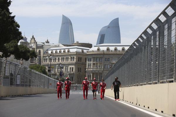 Sebastian Vettel (tretí sprava) s ďalšími členmi tímu Ferrari pri obhliadke mestského okruhu v Baku.
