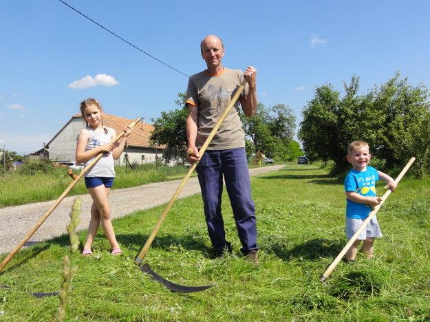 Rudolf zaúča do remesla aj svoje vnúčatá - osemročnú Sašku a trojročného Huga.