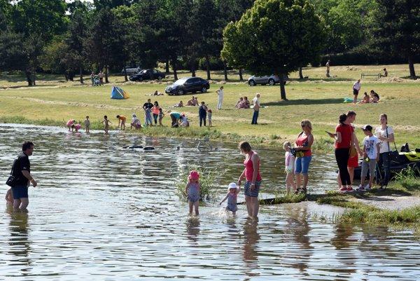 Teplé počasie prilákalo rekreantov k vode v rekreačnom stredisku Lúč na Zemplínskej Šírave už v minulých týždňoch.
