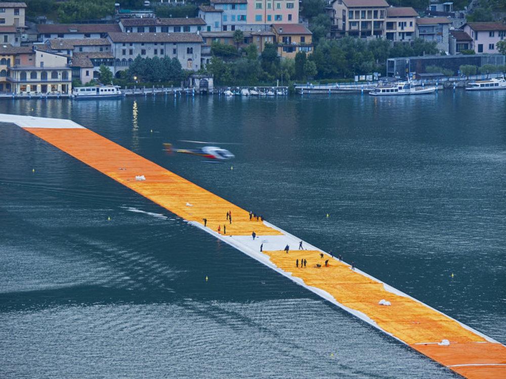 Plávajúce pontóny na jazere Iseo umožňujú kráčať po vode.
