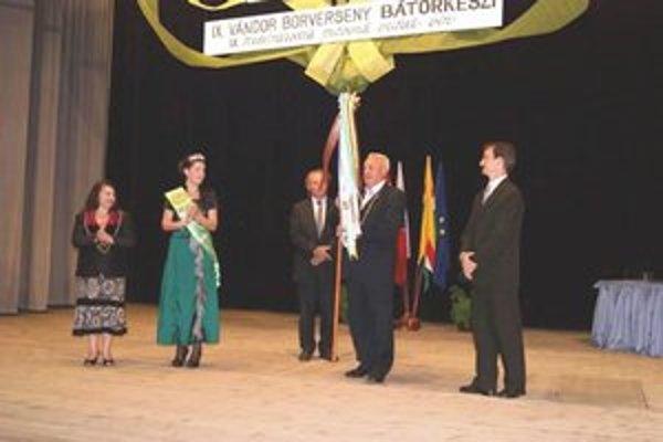 Putovnú vlajku prevzal zástupca Ostrihomu Rezső Nyergesi.