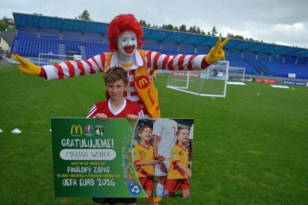 Ronald McDonald s Mariánom Weberom, brankárom Žilinčanov a špeciálnou cenou Players Escort