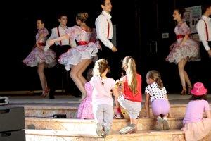 Malé diváčky sledujú tanečné vystúpenie.
