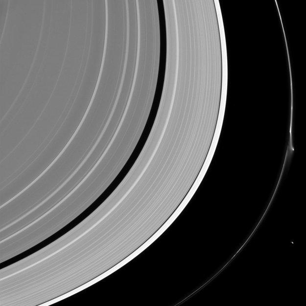 Prstenec F je široký len 150 kilometrov. Pohromade ho udržiava gravitačná sila mesiaca Prometheus.